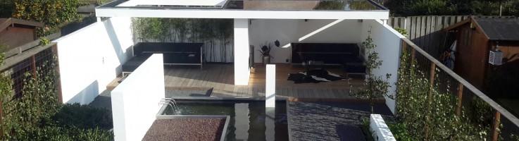 Tuin met overkapping en waterpartij-vijver